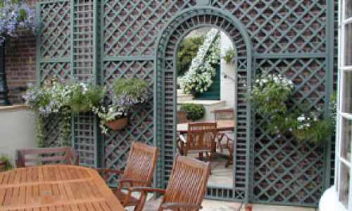 Mirrored centre piece within trellis